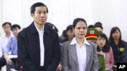 Nhà bất đồng chính kiến Nguyễn Hữu Vinh, và cộng sự viên, bà Nguyễn Thị Minh Thuý trong phiên xử hôm 23/3. Ảnh: AP/Bui Doan Tan/Vietnam News Agency.