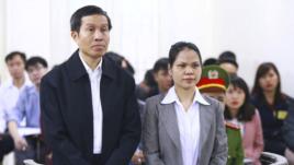 Blogger Nguyễn Hữu Vinh (tức Anh Ba Sàm) và trợ lý Nguyễn Thị Minh Thúy trong phiên tòa xét xử tại Hà Nội, ngày 23 tháng 3, 2016.