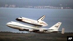 El transbordador espacial Endeavour vuela encima de un jet modificado a su despegue del Centro Espacial Kennedy, en Florida, rumbo a California, su destino final.