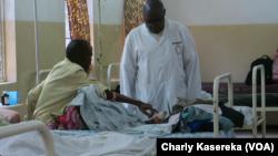 Un médecin consulte les malades de paludisme à l'hopital généra de Goma, 26 mai 2017. (VOA/Charly Kasereka)