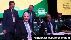 Le président de la Fifa, Gianni Infantino aux côtés du président de la CAF Ahmad, lors de la 40ème Assemblée générale ordinaire de la CAF à Casablanca, au Maroc, 2 février 2018. (Twitter/CAF)