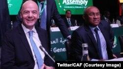 Le président de la Fifa, Gianni Infantino, aux côtés du président de la CAF Ahmad, lors de la 40ème Assemblée générale ordinaire de la CAF à Casablanca, au Maroc, 2 février 2018. (Twitter/CAF)