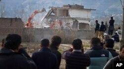 اسامہ بن لادن کے خلاف امریکی آپریشن کے بعد ایبٹ آباد میں اس کی رہائش گاہ کو مسمار کیا جا رہا ہے۔ 26 فروری 2012