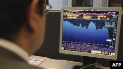 Kinh tế gia Oscar Bernarl của Ngân hàng ING kiểm tra tình hình thị trường tài chính tại Brussels, ngày 8/8/2011