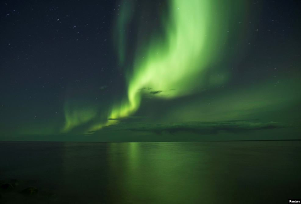 세계에서 8번째로 큰 호수인 캐나다 서북부 그레이트베어호에서 관찰된 북극광 현상.