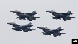 ເຮືອບິນຮົບ F-16 ຂອງກອງທັບອາກາດ ປາກິສຖານ ບິນໃນລະຫວ່າງການເດີນສວນສະໜາມກອງທັບ ເພື່ອສະເຫຼີມສະຫຼອງວັນຊາດປາກິສຖານ. ນະຄອນຫຼວງ ອິສລາມາບັດ, ປາກິສຖານ. 23 ມີນາ, 2019.