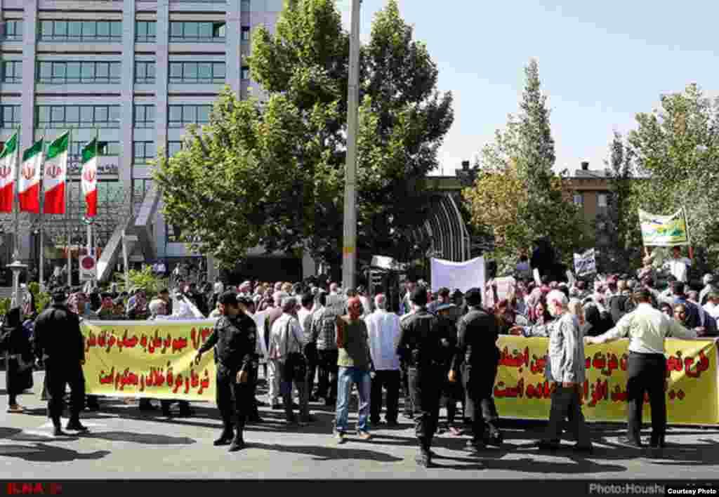 صدها معترض ایرانی در مقابل وزارت بهداشت ایران به وضعیت بهداشت و تامین اجتماعی اعتراض دارند.