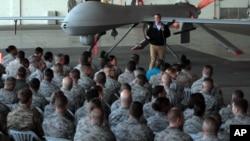 Le secrétaire de la défense Ash Carter et les soldats américains devant un drone dans une base près de Adana en Turquie, en décembre 2015.