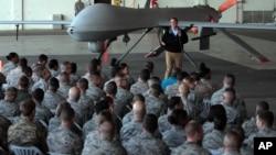 Menhan AS saat mengunjungi para anggota militer AS di pangkalan udara Incirlik, Turki 15 Desember tahun lalu (foto: dok).