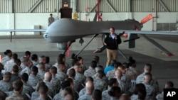 El secretario de Defensa Ash Carter visitó recientemente la base aérea Incirlik, cerca de Adana, en el sur de Turquía, área de donde EE.UU. ha ordenado la salida de familiares de personal militar y diplomático.