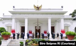 Presiden Jokowi berfoto bersama Dewas dan Direksi LPI di Istana Merdeka, Jakarta, Selasa (16/2). (Foto: Courtesy/Biro Setpres)