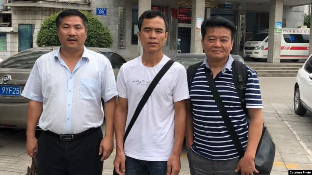 泼墨女孩父亲董建彪(中)和维权律师文东海(左)及李贵生在医院外(推特图片)