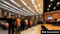 中国官方媒体公布的庭审照片中,嫌疑人站成一排,接受审判。(网络图片)