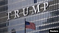 ຊື່ຂອງທ່ານ ທຣຳ ຢູ່ຫໍຄອຍ ແລະ ໂຮງແຮມ Trump International Tower ໃນນະຄອນ ຊິຄາໂກ, ລັດ ອີລີນອຍ. 14 ມັງກອນ, 2016.