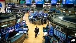 Seorang pialang di lantai Bursa Saham New York, 13 Maret 2020. (Foto: AP)