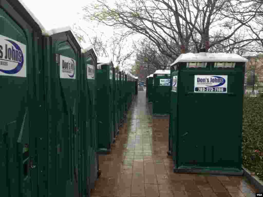 """人有""""三急""""。总统就职庆典组织者早已在游行观礼线路等战略位置附近部署了大量移动式厕所。(美国之音王南拍摄)"""