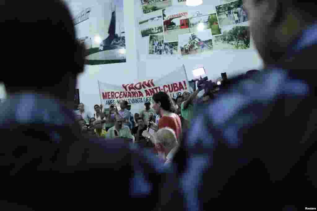 Yoani se reúne en Brasil con un grupo de jóvenes socialistas en el Museo Parque del Saber en Feira de Santana que llegó a protestar ante la presencia de la bloguera y expresar su respaldo al régimen castrista.