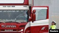 英國埃塞克斯郡,警方正檢查發現屍體的卡車(2019年10月23日)。