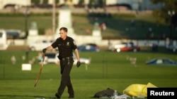 Cảnh sát thu thập bằng chứng tại Quảng trường Quốc gia ở Washington, ngày 4 tháng 10, 2013.