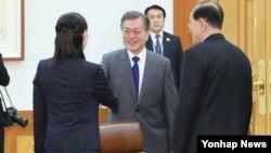 Južnokorejski predsednk Mun Džae In se rukuje sa Kim Jo Džong, sestrom lidera Severne Koreje Kim Džong Una