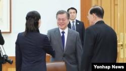 مون جی ان، رئیس جمهور کوریای جنوبی در حال پذیرایی از کیم یو جونگ، خواهر کیم جونگ اُن