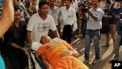 Một người hành hương bị thương trong vụ giẫm đạp được đưa đến bệnh viện ở Ranchi, bang Jharkhand, Ấn Độ, ngày 10/8/2015.