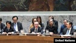 Jeffrey Feltman (au centre), Secrétaire général adjoint aux affaires politiques, s'adresse à la réunion du Conseil de sécurité sur la situation au Myanmar, 12 décembre 2017.