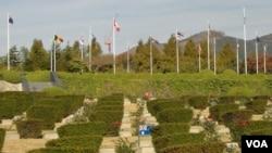 韩战期间阵亡的联合国军官兵安息在釜山联合国纪念园(美国之音王南拍摄)
