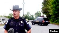 Phát ngôn viên cảnh sát phát biểu trong cuộc họp báo tại hiện trường vụ nổ súng ở Kennesaw, bang Georgia, ngày 29/4/2014.