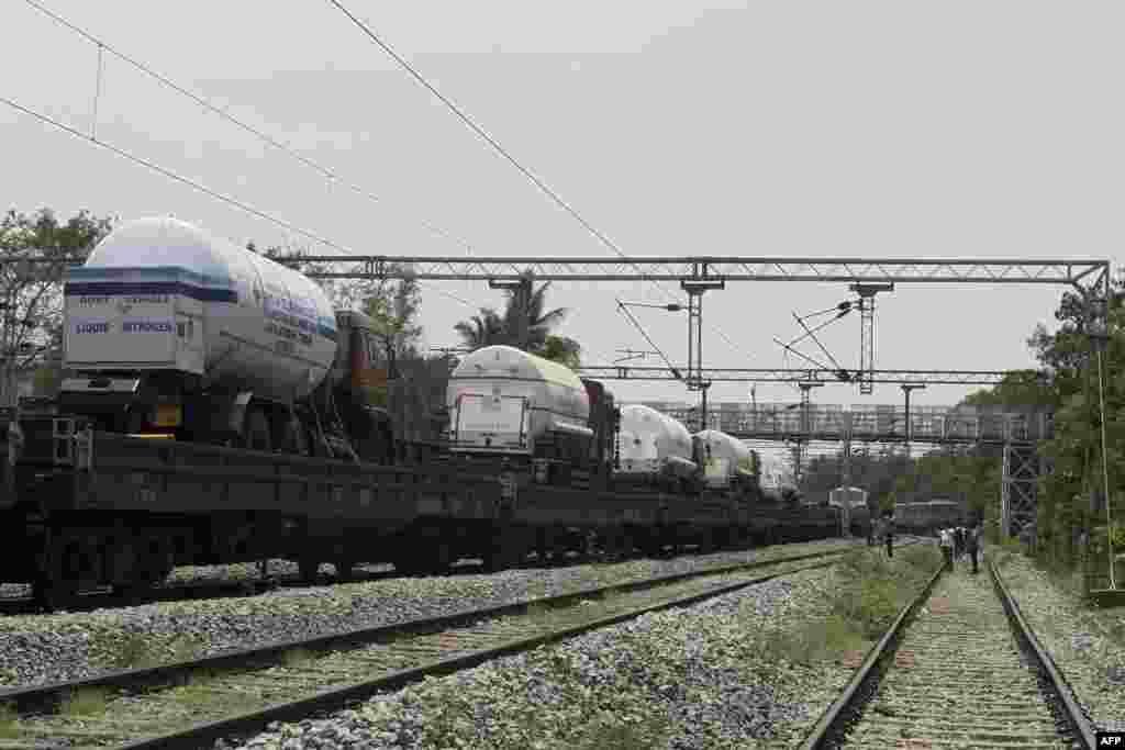 بھارت کی ریلوے نے مختلف ریاستوں میں آکسیجن پہنچانے کے لیے خصوصی ٹرینیں چلائی ہیں۔