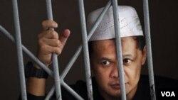 Tersangka teroris, Abdullah Sunata, sedang menunggu sidang di pengadilan Jakarta akhir bulan lalu.