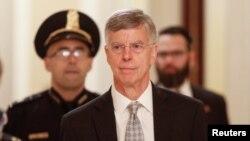 Bill Taylor, chargé d'affaires américain en Ukraine, à son arrivée au Congrès à Washington, États-Unis, le 22 octobre 2019. REUTERS / Tom Brenner