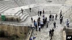 以色列警察在耶路撒冷老城大马士革门的事发现场 (2015年10月10日)