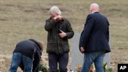 遇难者家属在阿尔卑斯山的德国之翼航班坠毁地点的石碑前献花(2015年3月28日)