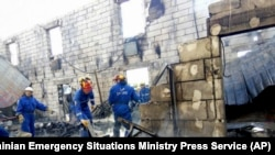 烏克蘭國家緊急事務部門人員在臨時老人公寓火災現場