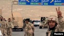 Esat rejimine bağlı askerler Palmira yolunda resmi haber ajansı SANA'ya poz verirken