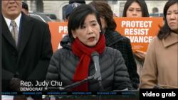 Judy Chu, anggota DPR dari fraksi Demokrat, di depan Gedung Capitol, Washington, D.C. (Foto:VOA/Videograb)