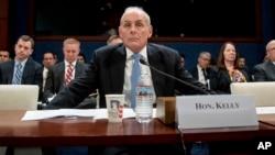 El secretario de Seguridad Nacional, John Kelly, escucha una pregunta durante una audiencia en el Capitolio.