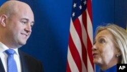 美國國務卿克林頓6月3日在瑞典首都與瑞典首相賴因費爾特交談
