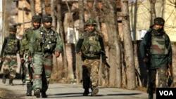 Pasukan keamanan India patroli di Kashmir. Ribuan orang telah tewas dalam pemberontakan separatis di Kashmir-India.