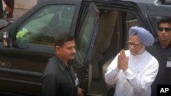 희생자들을 위로하기 위해 사건현장을 방문한 만모한 싱 인도 총리