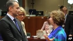 欧盟外交事务负责人阿什顿(右)7月23日在布鲁塞尔欧盟外交事务会议开始前