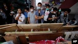 ေဟာင္ေကာင္ကၽြန္း၊ Mong Kok အရပ္တြင္ လက္ျဖစ္ အတားအဆီးမ်ား ကို ေစာင့္က်ပ္ေနသည့္ ဆႏၵျပသူမ်ား။ ေအာက္တိုဘာလ ၁၈၊ ၂၀၁၄။