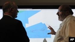 Mike Barton, coordinar de la búsqueda del avión desaparecido da explicaciones al vice primer ministro australiano, Warren Truss.