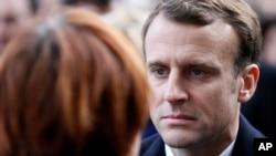 El presidente francés, Emmanuel Macron, escucha a un familiar de las víctimas del ataque terrorista del 13 de nviembre de 2015.