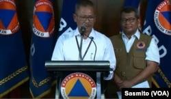 Juru Bicara Pemerintah untuk Penanganan Virus Corona Achmad Yurianto (depan) dan Kepala Pusat Data Informasi dan Humas BNPB Agus Wibowo saat menggelar konferensi pers di Gedung BNPB Jakarta, Selasa, 17 Maret 2020. (Foto: VOA/Sasmito)