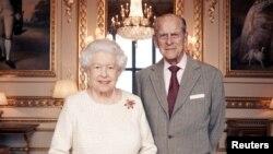 La reine Elizabeth II et le prince Philip, duc d'Édimbourg, au château de Windsor au début de novembre. Ils célèbrent leur anniversaire de mariage platine, le 20 novembre 2017.