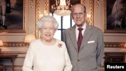 英國女王伊莉莎白二世與菲力浦親王慶祝結婚70年週年的官方照片