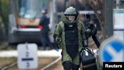 Chuyên gia gỡ bom tham gia vào một cuộc săn lùng tại khu Schaerbeek sau các vụ tấn công ở Brussels, Bỉ, ngày 25/3/2016.