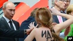 Владимир Путин и активистка движения Femen. Ганновер, Германия. 8 апреля 2013 года